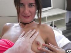 Зеленоглазая девка с татуировками отсосала хуй и проглотила сперму