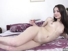 Зеленоглазая русская девушка мастурбирует клитор и ебёт себя в анус
