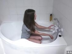 Заглянул в ванную и дал отсосать член красивой русской девке с тату