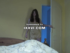Рыжая русская тёлочка с пирсингом сосков зашла в спальню и отсосала