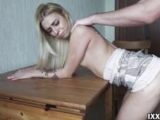 Худая русская блондинка с татуировками выебана в киску после минета