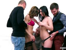 Две горячие французские девушки занимаются сексом с тремя парнями