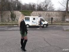 Светловолосая русская студентка в фургоне ебётся с двумя французами