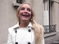 Красивая молодая блондинка в чулках оттрахана во влагалище и анус