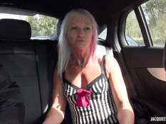 Зрелая блондинка в чёрных чулках отпердолена в анал на кровати