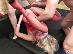 Блондинка в красном белье сосёт хуй в машине и ебётся с двумя парнями