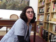Очкастая библиотекарша оттрахана на рабочем столе после минета
