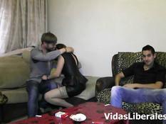 Грудастая девка с пирсингом сосков занимается сексом с двумя парнями