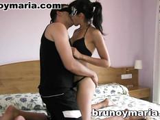 Молодая испанская пара в масках снимается в любительском порно