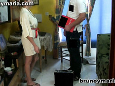 Домохозяйка с большой грудью соблазнила на секс компьютерного мастера