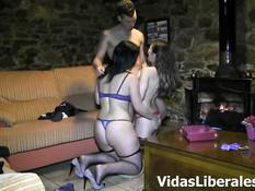 Две грудастые испанские девушки трахаются на диване с одним парнем