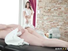 Голубоглазая лесбиянка сделала массаж рыжей девушке и вылизала киску
