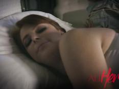 Девка зашла в спальню к сисястой рыжей подруге и вылизала ей клитор