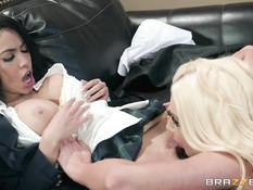 Лесби блондинка в чёрном белье трахается в позе ножницы с брюнеткой