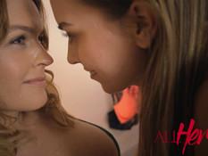 Зрелая лесбиянка занимается любовью с худой молодой подругой