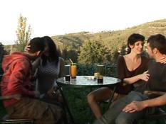 Две молодые пары занимаются свинг сексом во время отдыха в горах