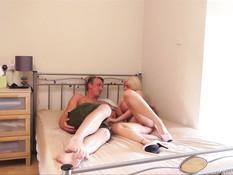 Две английские семейные пары занимаются свинг сексом на кровати