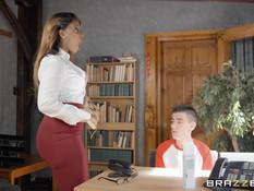 Мулатка притащила в дом худого паренька и заставила заняться сексом