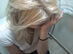 Юная блондиночка стянула с мужика одеяло и отсосала спящему член