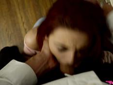 Развратная рыжая девчонка трахается с пожилым мужчиной на столе