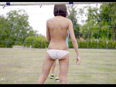 Грудастая девка отсасывает член и ебётся в анал на футбольном поле