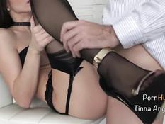 Сексуальная молодая подруга в чёрных чулках ебётся со своим парнем