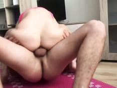 Юная блондинка в розовых лосинах сосёт хуй и ебётся с парнем в киску