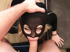 Блондинка в чёрной маске встала на колени и подрочила хуй бойфренду