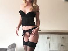 Шикарная молодая блондинка в чёрном нижнем белье соблазнила на анал