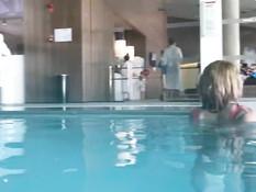 Блондинка обнажается в общественном бассейне и ебётся с парнем в душе