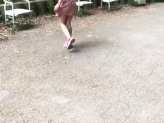 Блондиночку гуляющую в парке без трусиков парнишка отодрал в анал