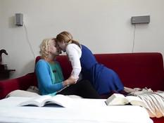 Две молодые влюблённые блондинки занимались лесби сексом на диване