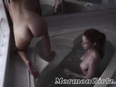 Блондинка с хвостиком в ванне занимается лесби сексом с шатенкой