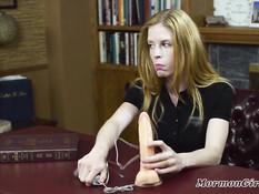 Молодая сиськастая блондинка нашла в столе фаллос и испытала на себе