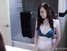 Две молоденькие лесбиянки отлизывали киски в ванной и делали фистинг