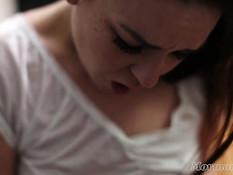Молодые подружки мормонки занимаются лесбийским сексом на диване