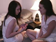 Две юные лесбиянки ночью отлизывали клиторы и трахались вибратором
