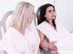 Две юные американские лесбияночки делают куни и вагинальный фистинг