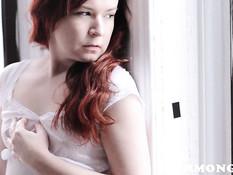 Рыжая девушка раздевается догола и руками теребит волосатую писю