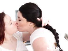 Женщина с косой занимается лесбийским сексом с рыжей любовницей