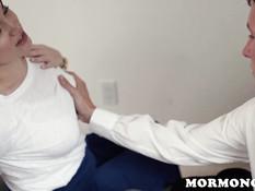 Парень мормон сделал молодой подруге шатенке куннилингус и фистинг