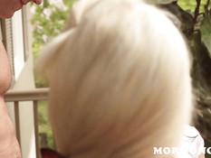 Блондинка и шатенка сосали член у белобрысого парня и ебались втроём