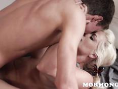 Зрелая блондинка сосёт член молодому парню и занимается с ним сексом