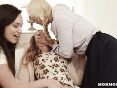 Три подруги лесбиянки решили научить девушку искусству женской любви