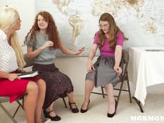 Преподавательница лесбиянка сделала фистинг и куни двум ученицам