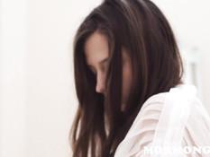 Девчонка в халатике отсосала у парня спрятавшегося за занавеской