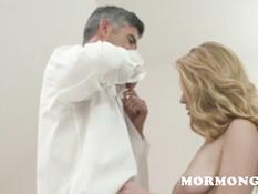 Молодая светловолосая жена делает минет и трахается с пожилым мужем