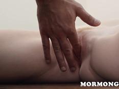 Пастор заставил грудастую светловолосую девку мастурбировать киску