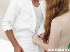 Длинноволосая рыжая девка раздевает мужика и ебётся с ним на кровати