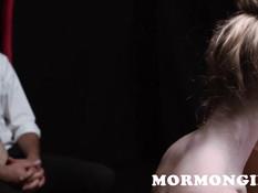 Три молодые лесбиянки натирают грудь маслом и делают куннилингус